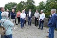 Bild vergrößern: Einige Interessierte lassen sich auf dem Vorhof zur Burg die Planungen von den beiden Vorsitzenden erläutern.